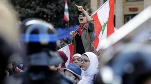 Une manifestante libanaise sur la place Riad al-Solh près du palais gouvernemental, le 19 novembre 2019 à Beyrouth.