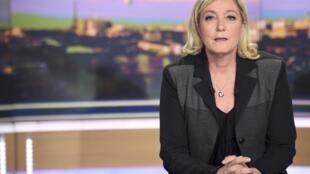 La presidente del Frente Nacional, Marine Le Pen, habla de la crisis político familiar en la televisión francesa, el 8 de abril de 2015.