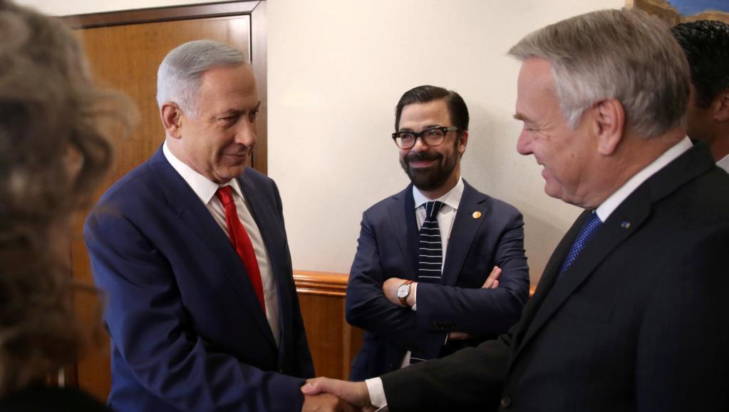 Benjamin Netanyahu (kushoto) na Jean-Marc Ayrault wakipeana mkono Jumapili hii Mei 15, 2016 katika mkutano katika ofisi ya Waziri Mkuu wa Israel, Jérusalem.
