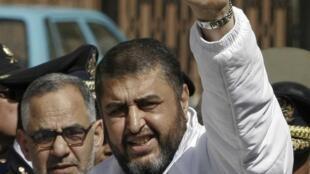 Jairat al Shater en una foto de archivo tomada en El Cairo a su llegada al tribunal el 28 de febrero de 2007.