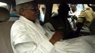 L'ex-dictateur tchadien, Hissène Habré, quittant la cour de Dakar sous escorte policière, le 25 novembre 2005.