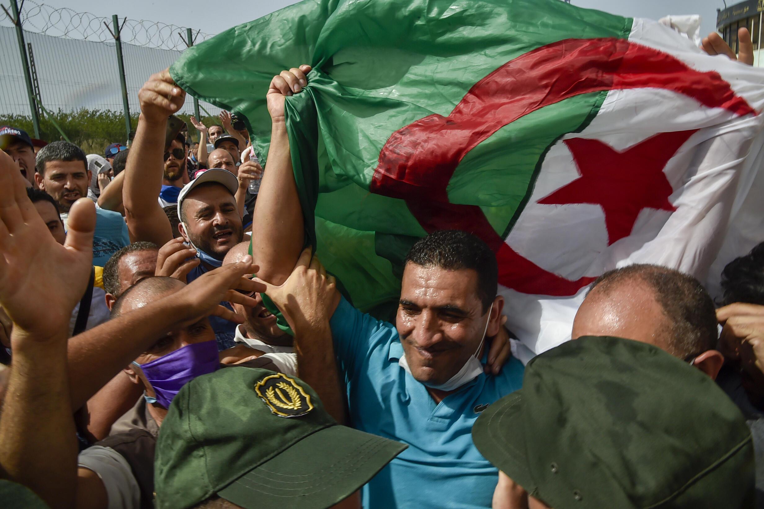 Foto del 2 de julio de 2020 cuando Karim Tabbou fue liberado de forma provisional en Koléa, a 56 km de Argel.