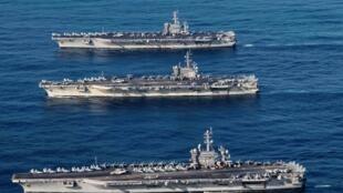 Les porte-avions USS Ronald Reagan, USS Theodore Roosevelt, et USS Nimitz dans les eaux du Pacifique, le 12 novembre 2017 (Photo d'illustration).