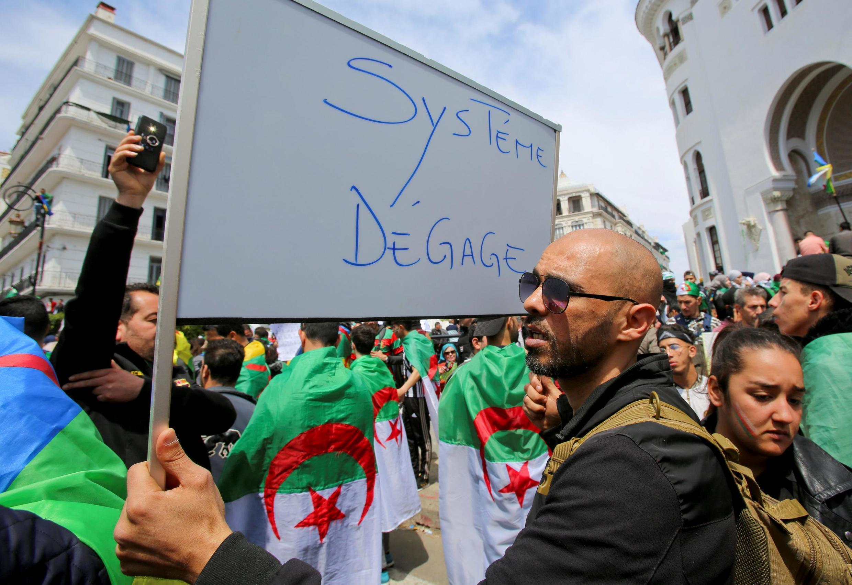 Manifestantes pedem que representantes do sistema deixem o poder