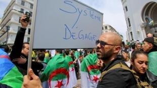 Au huitième vendredi de leur mobilisation, les Algériens veulent toujours tourner la page. Le 12 avril 2019 à Alger.