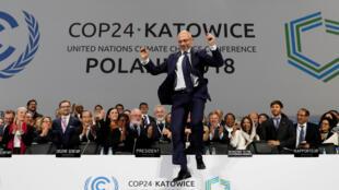 Председатель конференции ООН по климату Михаль Куртыка радуется достигнутому соглашению. 15 декабря 2018 года