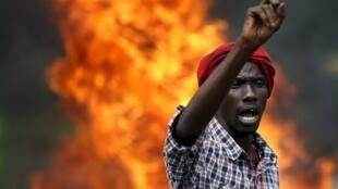 Un manifestant devant des barricades à Bujumbura, le 21 mai 2015.