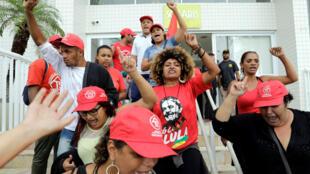 Les militants du mouvement devant l'appartement de Lula, à Guaruja, au Brésil, le 16 avril 2018.