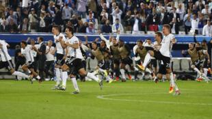 La seleccion de Alemania celebra su pase a semifinales de la Eurocopa 2016 tras vencer a Italia en la tanda de penales.
