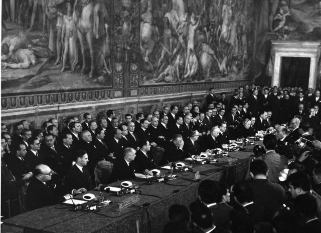 Assinatura por seis países do Tratado de Roma a 25 de Março de 1957.