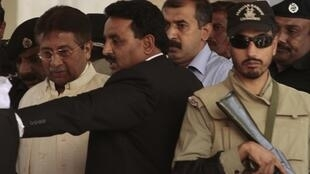 Cựu Tổng thống Pakistan Pervez Musharaf rời tòa án ngày 17/04/2013.