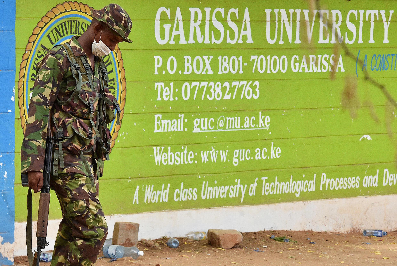 Un militaire kényan devant l'université de Garissa, où une attaque des shebabs somaliens a fait presque 150 morts le 2 avril 2015.