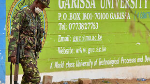 Militar na universidade de Garissa, onde 147 pessoas morreram após massacre da milícia ultrarradical islâmica Al-Shabab.