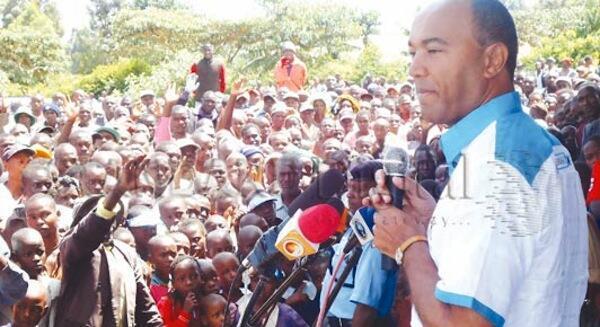 Mgombea Urais wa Muungano wa Eagle Peter Kenneth akihutubia wafuasi wake kwenye kampeni za urais
