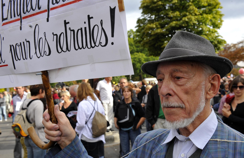 Idoso em manifestação em Paris contra a reforma da previdência