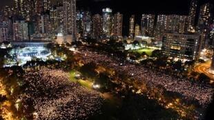 香港民众2019年6月4日晚间参加六四30周年晚会,挤满6个足球场的人群手持烛光,场面壮观。