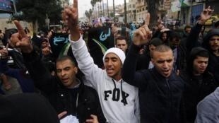 Palestinos da cidade de Hebron, na Cisjordânia, protestam contra a proibição do acesso à Esplanada das Mesquitas, nesta sexta-feira (31).