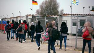 Migrantes da Eritreia são encaminhados para um centro de refugiados em Erding, perto de Munique, Alemanha, 15 de novembro de 2016.