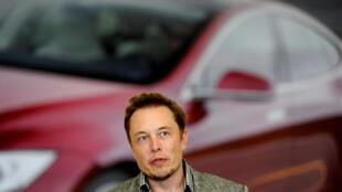 ប្រធានក្រុមហ៊ុនផលិតរថយន្តដើរដោយថាមពលអគ្គិសនី Tesla នៅរោងចក្រនៅFremont រដ្ឋកាលីហ្វនីញ៉ា នៅឆ្នាំ ២០១២