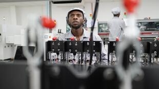 Un employé de l'usine de fabrication de smartphones de Mara Group à Kigali.