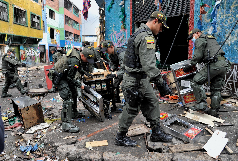 """Policiais fazem buscas nas casas de tortura encontradas na região conhecida como """"Bronx"""", em Bogotá."""