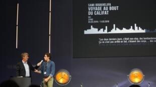 Sami Boukhelifa (à droite), journaliste à RFI, a reçu le prix radio du Prix Bayeux Calvados-Normandie, le 12 octobre 2019.