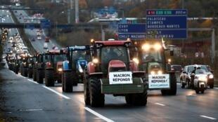«Макрон, ответь!»: фермеры на тракторах движутся к Парижу по автостраде А6 27 ноября 2019