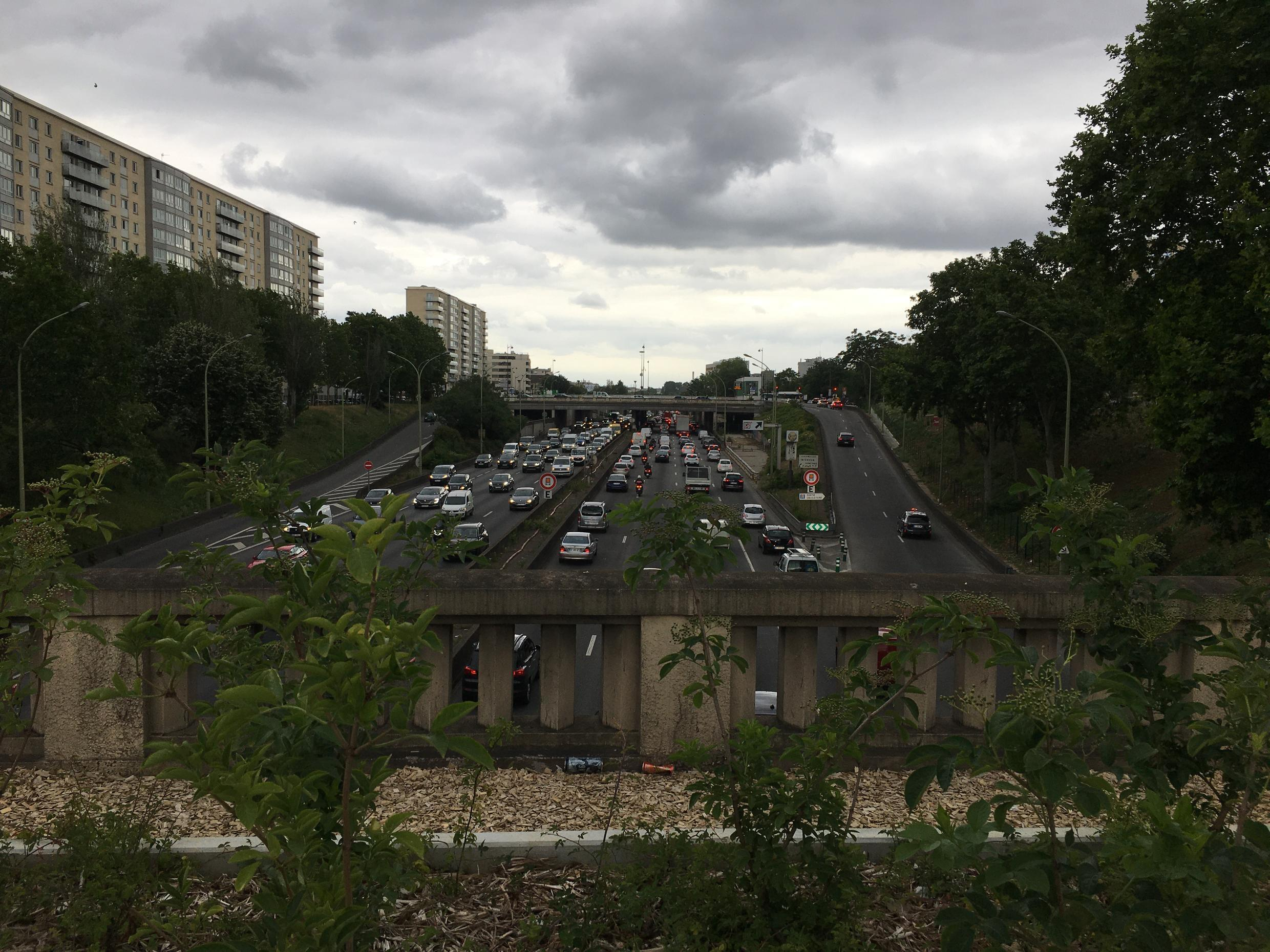 Traffic on the périphérique ring road circling Paris has returned to pre-confinement levels and brought with nearly pre-confinement levels of air pollution, according to air quality monitors in the region around the French capital.