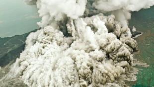 Una nube de cenizas se eleva por los cielos en plena erupción del volcán Anak Krakatau, en Indonesia