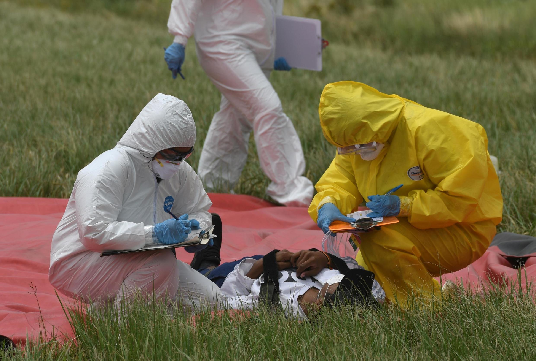 Nhân viên y tế luyện tập cách xử lý hành khách bị nhiễm virus corona tại sân bay quốc tế Viru Viru, Santa Cruz, Bolivia, ngày 06/02/2020