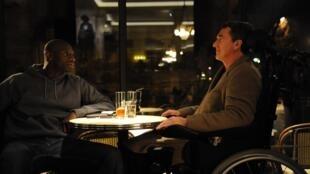 """Кадр из фильма """"Неприкасаемые"""", актеры Омар Си (слева) и Франсуа Клюзе"""