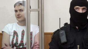 A Rússia condena a pilota ucraniana Nadia Savtchenko de ter assassinado dois jornalistas russos na região separatista do leste da Ucrânia em 2014.