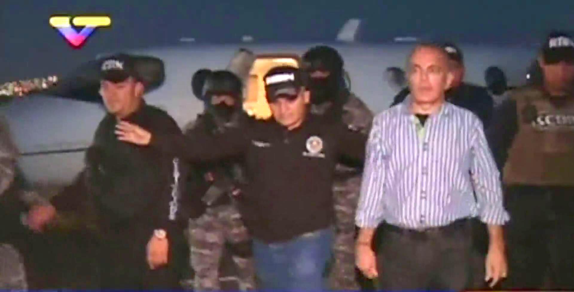 Manuel Rosales detenido a la salida del avión, el jueves 15 de octubre de 2015.