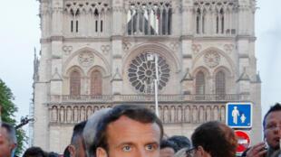 法国总统马克龙4月15日视察火劫之后的巴黎圣母院。