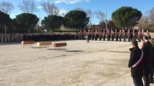Em Trèbes, os caixões estão alinhados junto à praça com antigos combatentes a ostentar a bandeira francesa.