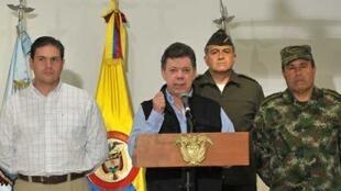 """""""Este revés lo lamentamos mucho. Aquí no vamos a bajar la guardia. Esta  guerra seguirá a la ofensiva hasta lograr nuestro objetivo de imponer la paz en  este país"""", aseguró el presidente colombiano."""