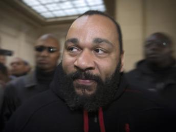 O humorista francês Dieudonné Mbala Mbala no Palácio de Justiça de Paris, em dezembro de 2013.