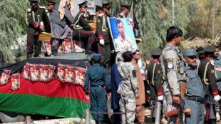 La policía nacional afgana rinde honores al general Abdul Razeq, comandante de la policia de Kandahar asesinado ayer en la provincia de Kandahar.