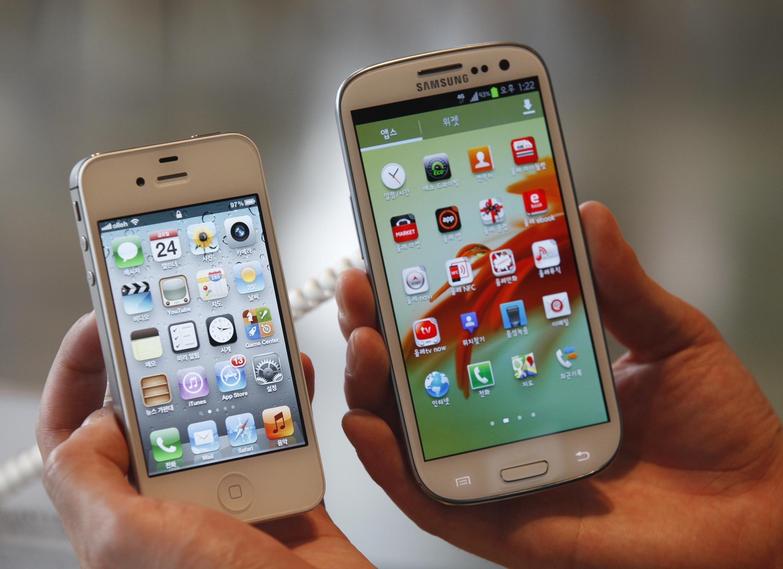 Điện thoại iPhone 4S của Apple (trái) và Samsung Galaxy S III (phải). Ảnh chụp ngày 24/08/2012.