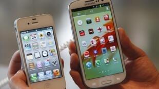 Lado a lado: o iPhone 4S, da Apple, e o Samsung Galaxy S III. Para o Tribunal japonês, não há cópia