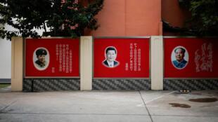 """Ảnh Tập Cận Bình, Mao Trạch Đông ở Thượng Hải với khẩu hiệu """"Học tập đồng chí Lôi Phong"""". Ảnh chụp ngày 26/09/2017."""