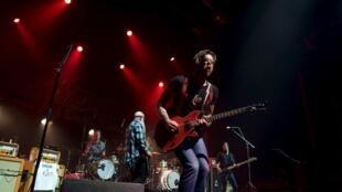 Les membres du groupe de rock Eagles of Death Metal lors de leur concert à l'Olympia, trois mois après les attentats de Paris.