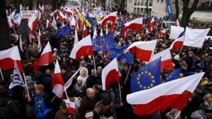 Biểu tình phản đối chính phủ bảo thủ tại Varsova, trước cửa Tòa Bảo Hiến, ngày 12/12/2015.