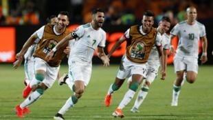 La joie des Algériens après le but de la victoire face au Nigeria, signé Riyad Mahrez.