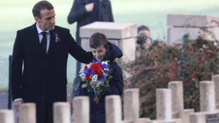 Sur la tombe du Lieutenant Robert Porchon (frère d'armes de l'écrivain français Maurice Genevoix), le président français Emmanuel Macron et un membre de la famille du lieutenant, aux Eparges (France), le 6 novembre 2018.