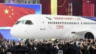 Le moyen-courrier C919 a été dévoilé lors d'une conférence de presse à l'usine de la compagnie. Shanghai, le 2 novembre 2015.