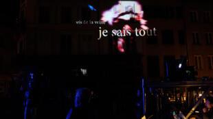 Vue de la place Saint Pierre à Limoges lors de la performance nocturne « Désordres dans la ville », avec des installations vidéo et des sculptures multimédia de l'artiste haïtien Maksaens Denis.