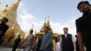 Ông Giả Khánh Lâm, nhân vật số 4 trong chính quyền Trung Quốc, tham quan chùa Shwedagon tại Yangun ngày 04/04/2011.