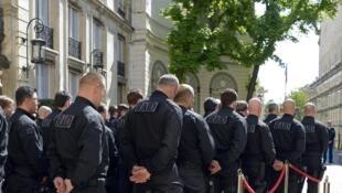 Les forces de sécurité françaises dans la cour d'honneur du ministère de l'Intérieur pour le discours de Bernard Cazeneuve, le 19 avril 2016.