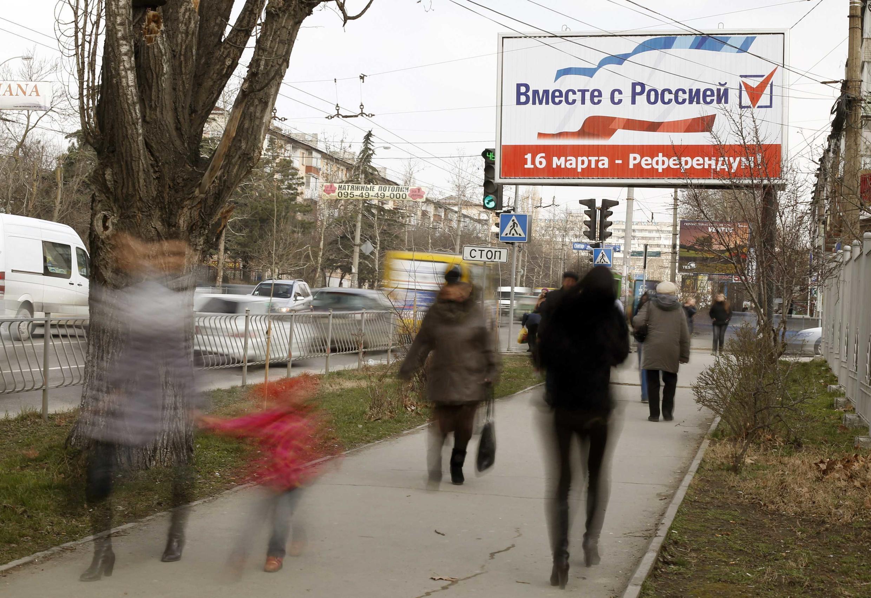 A Simferopol, une affiche appelant à voté «oui» au référendum  du dimanche 16 mars, avec pour slogan : «Tous ensemble avec la Russie».
